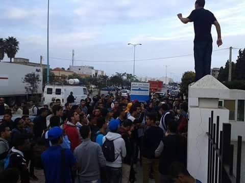 طلبة جامعة شعيب الدكالي يحتجون على أزمة النقل الحضري بالجديدة