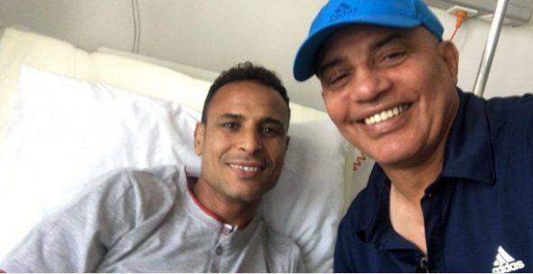 عبد الرحيم طاليب يزور الحارس عزيز الكيناني بالمستشفى