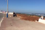 لقد اصبح الجدار البحري بشارع النصر بالجديدة عرضة  للهدم حسب ما تقتضيه مصلحة اصحاب الشاحنات .